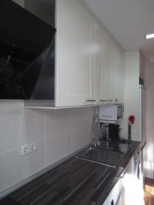 Cocina de puertas de PVC en blanco roto