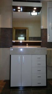 Mueble de baño con puertas de alto brillo
